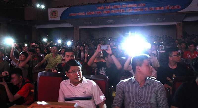 Khán giả dưới hội trường cũng lắc lư theo từng câu hát để tưởng nhớ đến ca sĩ Trần Lập