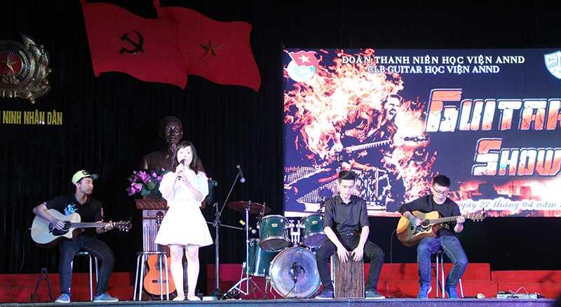 Tiết mục giao lưu của các sinh viên đến từ Học viện Cảnh sát với bài hát Quỳnh