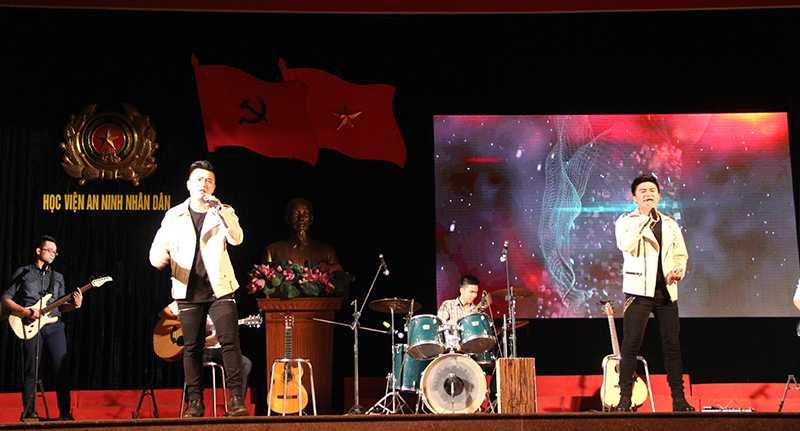 Ca khúc Và như thế qua sự thể hiện của Thành Tín và Việt Anh