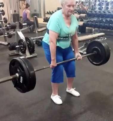 Bà Shirley Webb có thể nâng tạ nặng 102kg trước sự ngỡ ngàng của nhiều người.