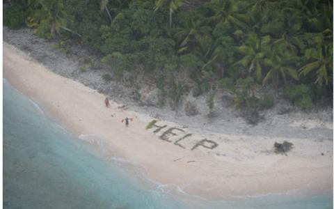 Thuỷ thủ xếp lá cọ thành chữ Help (Cứu) trên đảo Fanadik.