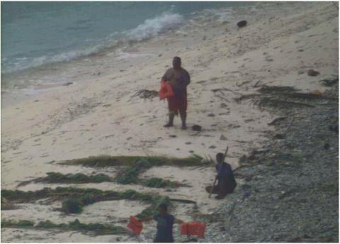 Ba ngày sau khi mắc kẹt ở hòn đảo hoang, các thủy thủ đã được máy  bay hải quân giải cứu.