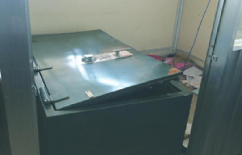 Két sắt tại công ty bị kẻ trộm phá vỡ để lấy tiền