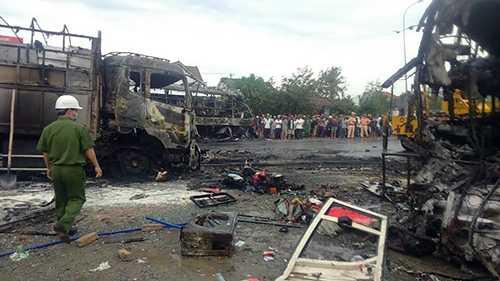 Hiện trường vụ tai nạn thảm khốc xảy ra sáng nay (22/5). Ảnh VNE
