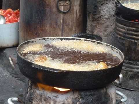 Dầu mỡ không rõ nguồn gốc, việc chiên đi chiên lại cá trong dầu cháy đen ngòm thế này sẽ ảnh hưởng không tốt đến sức khỏe của người dùng. Ảnh: DNVN.