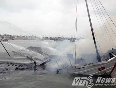 Do đám cháy bùng phát dữ dội nên chỉ sau một thời gian ngắn, con tàu gần như bị cháy rụi và chìm xuống biển - Ảnh CTV