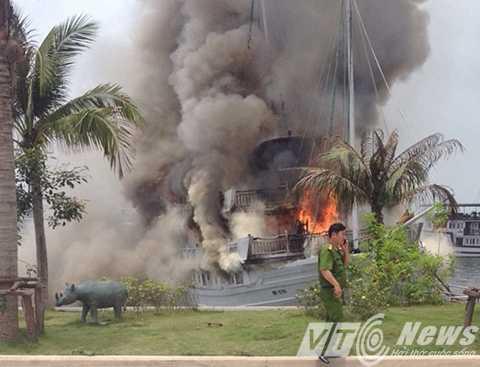 Đám cháy xuất phát từ tầng 3 của con tàu rồi nhanh chóng bùng cháy dữ dội, lan xuống các tầng dưới - Ảnh CTV