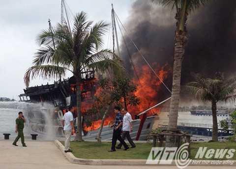 Đám cháy nhanh chóng bùng phát cháy dữ dồi toàn con tàu - Ảnh CTV