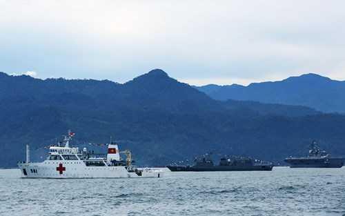 Tàu 561 nổi bật với cờ tổ quốc đỏ thắm trên nền tàu trắng giữa đội hình các tàu tại Lễ duyệt binh
