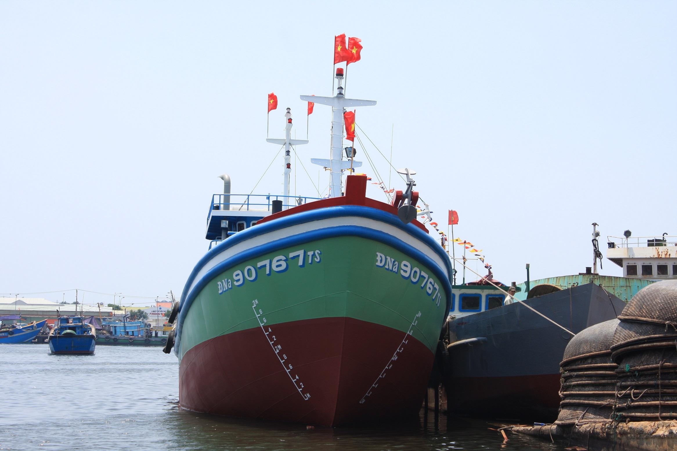 Tàu ĐNa 90767 Ts là tàu vỏ thép lưới rê đầu tiên ở Đà Nẵng và được đóng theo ý tưởng thiết kế riêng của một ngư dân Đà thành.