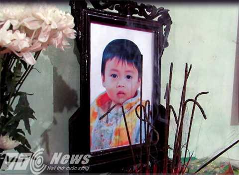 Trước đó, ngày 19/4, cháu Hoàng (5 tuổi,em cháu Huy) đã chết do người mẹ đẻ dùng dao bầu đâm chết