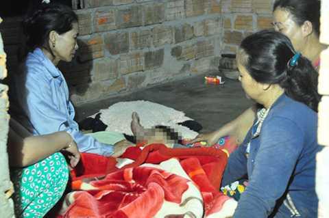 Người thân 2 chị em cháu Lâm khóc ngất bên thi thể 2 đứa con.
