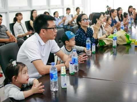 """Hai bé lắng nghe chú Giám Đốc giới thiệu về những cái """"nhất"""" của siêu nhà máy sữa Vinamilk"""