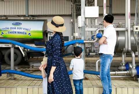 4 thành viên trong gia đình ấn tượng trước hệ thống xe bồn sữa tươi luôn giữ lạnh sữa từ 4-6 độ C