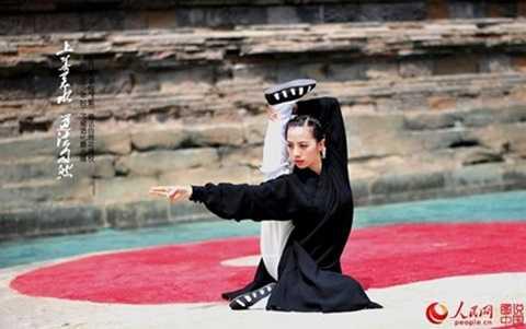 Mới đây, trang Nhân dân Nhật báo (Trung Quốc) đã đăng tải bộ ảnh biểu diễn Thái Cực Quyền của một thiếu nữ xinh đẹp người Trung Quốc