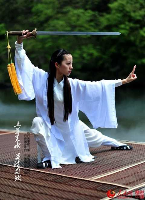 Kiều nữ biểu diễn Thái Cực Kiếm