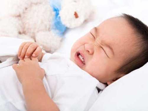 Trẻ bị rối loạn tiêu hóa khi uống sữa khiến phụ huynh lo lắng (Ảnh minh họa internet)