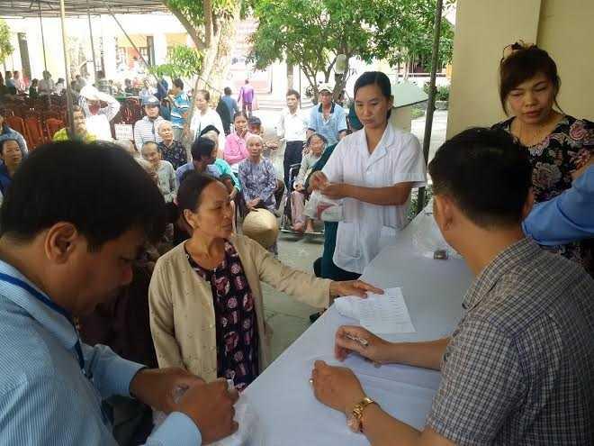 Đông đảo bà con nhân dân xếp hàng đợi nhận thuốc trong niềm vui