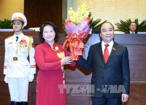 Chủ tịch Quốc hội Nguyễn Thị Kim Ngân tặng hoa chúc mừng Thủ tướng Nguyễn Xuân Phúc. Ảnh: Nhan Sáng-TTXVN