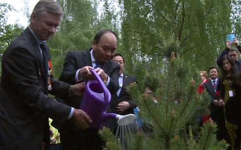 Thủ tướng trồng cây lưu niệm bên tượng đài Bác Hồ tại Matxcova