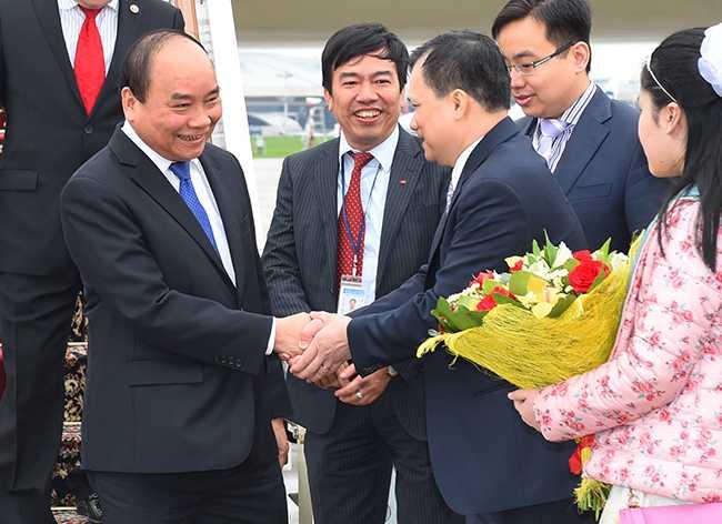 Cán bộ, nhân viên Đại sứ quán Việt Nam tại Nga đón Thủ tướng Nguyễn Xuân Phúc - Ảnh: Chinhphu.vn