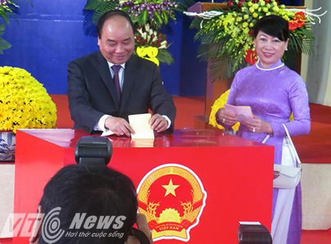 Thủ tướng Nguyễn Xuân Phúc cùng phu nhân bỏ lá phiếu đầu tiên trong ngày bầu cử