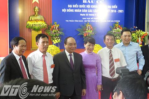 Thủ tướng Nguyễn Xuân Phúc cùng phu nhân chụp ảnh lưu niệm cùng tổ bầu cử và lãnh đạo TP Hải Phòng