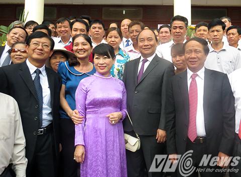 Thủ tướng Nguyễn Xuân Phúc cùng phu nhân chụp ảnh lưu niềm với lãnh đạo Thành phố, huyện và cử tri thị trấn Vĩnh Bảo