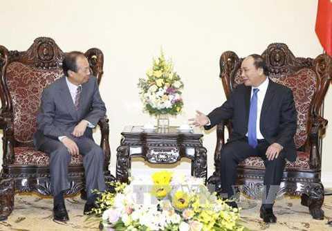 Thủ tướng Nguyễn Xuân Phúc tiếp ông Shin Jong Kyun, Chủ tịch Hội đồng quản trị, Tổng giám đốc Tập đoàn điện tử Samsung (Hàn Quốc). Ảnh: Thống Nhất/TTXVN