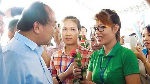 Thủ tướng Nguyễn Xuân Phúc thăm hỏi các nữ công nhân về đời sống và thu nhập hiện nay - Ảnh: Hà Mi