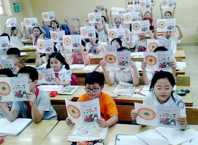 Tài liệu phòng chống, bắt cóc và xâm hại tình dục trẻ em được phát đến lớp học. Ảnh: Đinh Hiền.