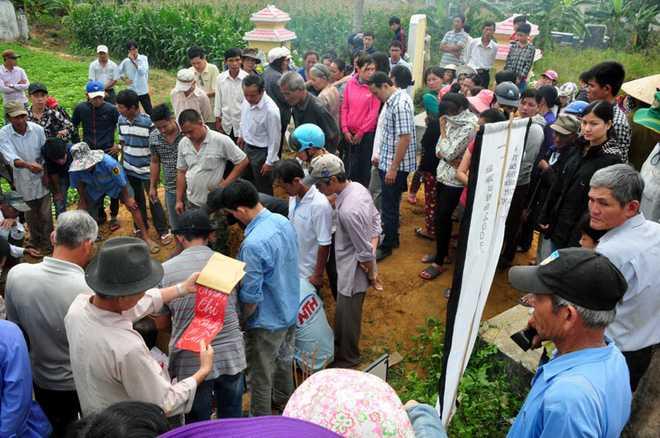Người dân tiến hành chôn cất các nạn nhân xấu số. (Ảnh: Vietnamnet).