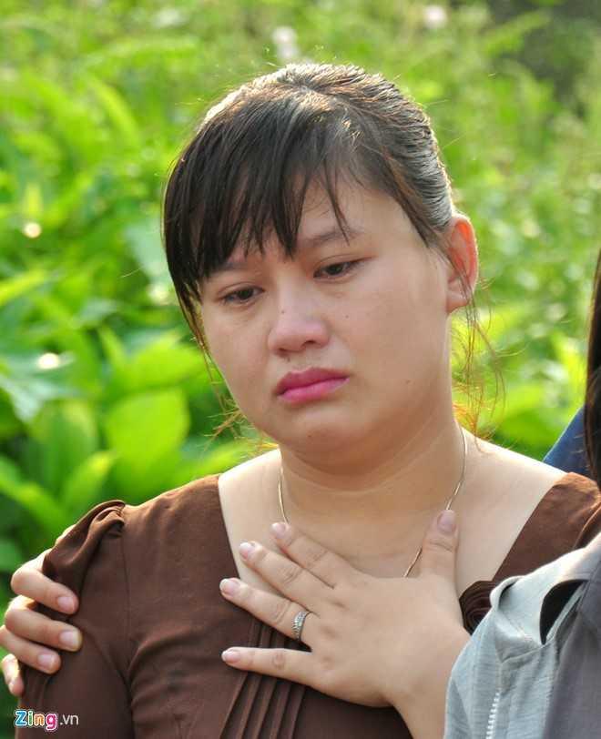 Cô giáo chủ nhiệm lớp 6B, trường THCS Nghĩa Hà Trần Thị Thùy Ngân như người mất hồn khi đến đưa tiễn 9 đứa con cùng lớp về với đất. (Ảnh: Zing).