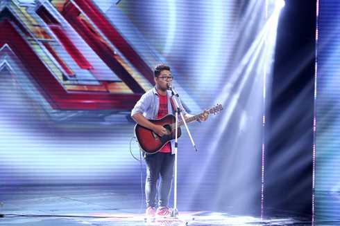 Chàng trai Trương Phước Lộc lần đầu đứng trên sân khấu lớn và thể hiện ca khúc Ai do chính mình sáng tác