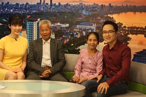 Vợ chồng ông bà vui vẻ khi được lên sóng truyền hình - Ảnh Lâm Thắng