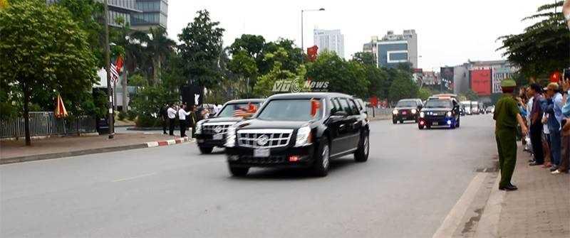 10h30 sáng 23/5, đoàn xe hộ tống tổng thống Obama rời khách sạn, lên đường tới Phủ Chủ tịch (Ảnh: Phạm Thịnh)