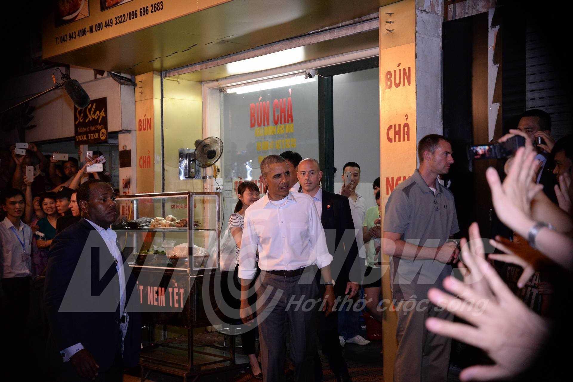 Khoảng 21h cùng ngày, ông Obama rời khỏi quán bún chả lên xe rời đi. Kết thúc một ngày bận rộn đầu tiên tại Hà Nội (Ảnh: Tùng Đinh)