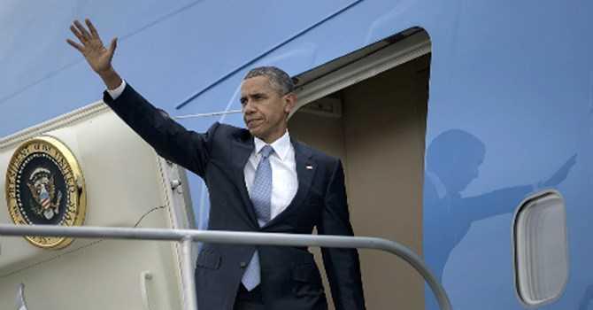Tổng thống Obama trên chuyên cơ Air Force One. Ảnh: AFP