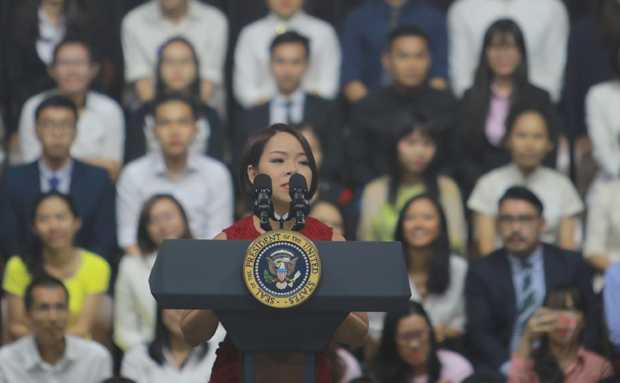 Ngô Thùy Ngọc Tú đảm nhiệm vai trò MC trong cuộc giao lưu của Tổng thống Obama với các thủ lĩnh trẻ Việt Nam. Ảnh: Đức Trần