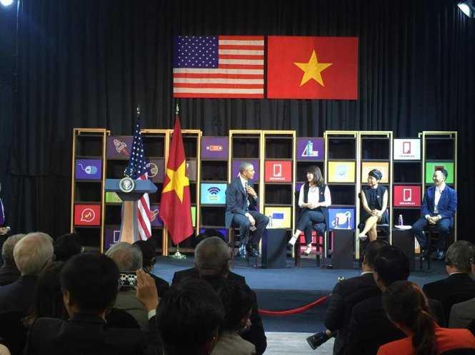 Tổng thống Obama trò chuyện với các nhà doanh nghiệp trẻ Việt Nam - Ảnh: Thuận Thắng