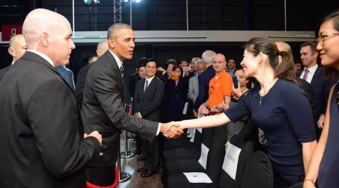 Tổng thống Obama bắt tay các nhà doanh nghiệp trẻ Việt Nam trước khi rời Dreamplex - Ảnh: Thuận Thắng