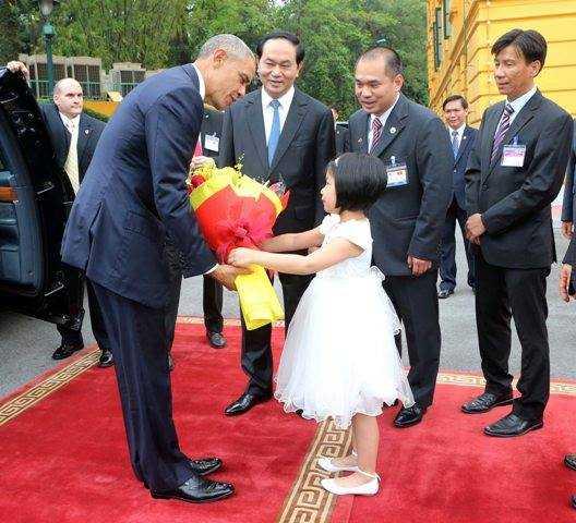 Phương Linh (lớp 1A1 Trường Tiểu học Nguyễn Siêu) đã có một trải nghiệm đặc biệt khi được chọn thay mặt thiếu nhi Việt Nam tặng hoa chào mừng Tổng thống Obama