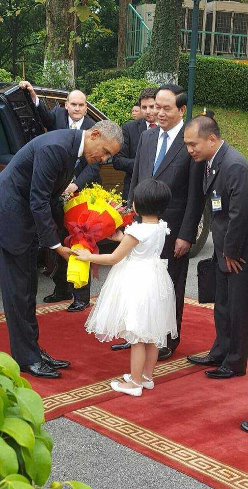 Tổng thống Obama đã nói cảm ơn sau khi nhận bó hoa từ Phương Linh (Ảnh: Tùng Đinh)