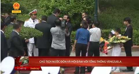 Phương Linh cũng từng được tặng hoa cho Tổng thống Venezuela Nicolas Maduro Moros khi tới Việt Nam vào 31/8/2015.