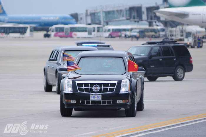 The Beast chở Tổng thống Obama tiến về phía cửa sân bay
