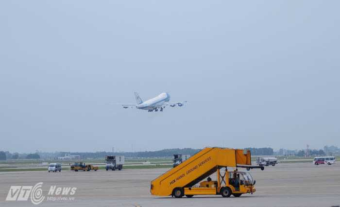 Máy bay chở Tổng thống Obama thẳng hướng TP.HCM - Ảnh: Tùng Đinh