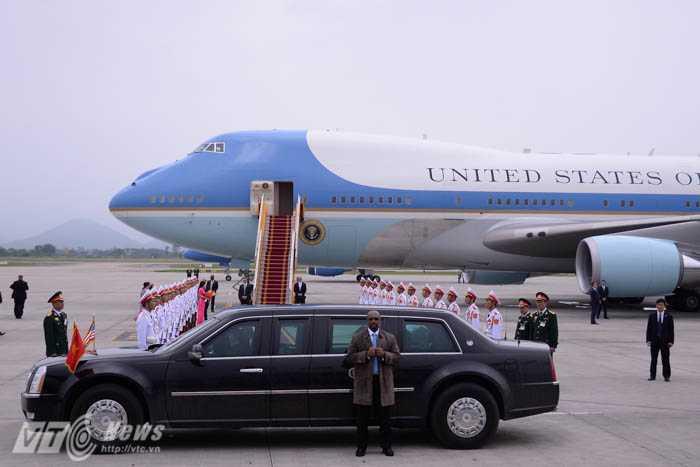 Ô tô của Tổng thống Mỹ đỗ trước thảm đỏ dẫn đến cầu thang của Air Force One - Ảnh: Tùng Đinh