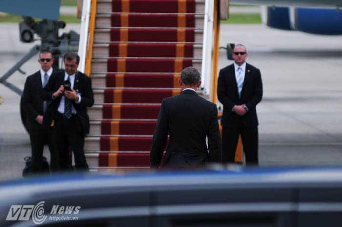 Tổng thống Obama rời The Beast tiến về phía chuyên cơ - Ảnh: Tùng Đinh