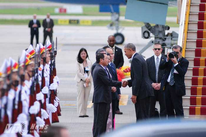 Tổng thống Mỹ bắt tay chào các cán bộ Việt Nam tại sân bay - Ảnh: Tùng Đinh