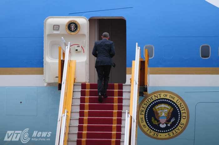 Người đứng đầu Nhà Trắng bước nhanh lên chuyên cơ - Ảnh: Tùng Đinh